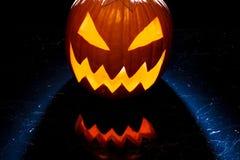 Glühender Halloween-Kürbis auf der Marmortabelle Lizenzfreie Stockfotos