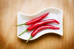 Glühender Paprika auf hölzerner Tabelle lizenzfreies stockbild