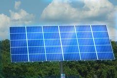 Glühender Sonnenkollektor gegen blauen Himmel Lizenzfreie Stockfotos