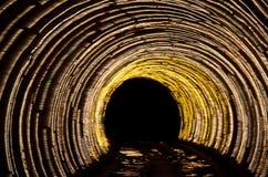 Glühender Tunnel der gelben Lichter der Zusammenfassung in der Dunkelheit lizenzfreie stockfotografie