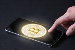 Glühendes bitcoin BTC im Handy , um Zahlung am Telefon zu berühren Geschäftsfrau-Gebrauchsfinger, sich unter Verwendung des bitco lizenzfreie stockbilder