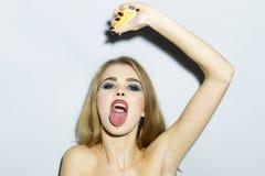 Glühendes blondes Porträt der jungen Frau mit Orange Stockfoto