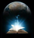 Glühendes Buch mit Erde lizenzfreie stockfotos