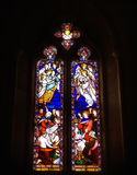 Glühendes Buntglas-Fenster, vibrierende Farben, schwermütige Beleuchtung Stockfoto