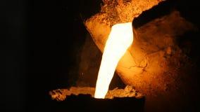 Glühendes flüssiges Metall der herrlichen Aussicht fließt in Dunkelheit stock footage
