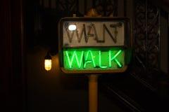 Glühendes grünes Fußgängerzebrastreifen-Zeichen Stockfoto
