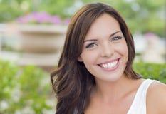 Glühendes Mischrasse-Mädchen-Porträt draußen Lizenzfreie Stockbilder