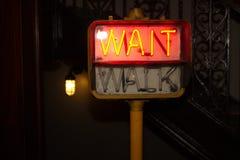 Glühendes rotes Fußgängerzebrastreifen-Zeichen Lizenzfreie Stockfotos