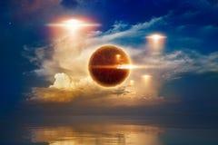 Glühendes rotes UFOs fliegen über Meer, außerirdisches kugelförmiges Leben stockfotos