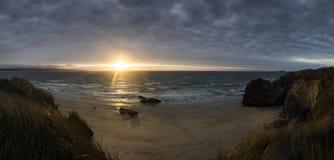 Glühendes senset über den Sanden von Gwithian setzen auf den Strand Lizenzfreie Stockfotografie
