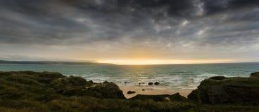 Glühendes senset über den Sanden von Gwithian setzen auf den Strand Stockbilder