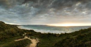 Glühendes senset über den Sanden von Gwithian setzen auf den Strand Lizenzfreie Stockfotos