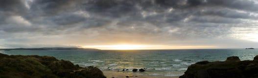 Glühendes senset über den Sanden von Gwithian setzen auf den Strand Stockfotografie