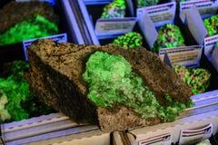 Glühendes smaragdgrünes Mineral Stockfoto
