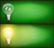 Glühlampe über grünem Hintergrund Stockfotos