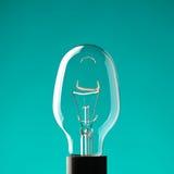 Glühlampe auf Blau lizenzfreie stockfotografie