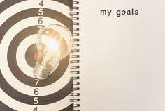 Glühlampe auf Dartscheibe Konzept mein Ziel für neue Ideen Lizenzfreie Stockbilder