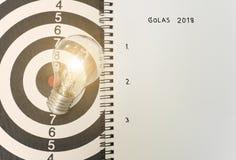 Glühlampe auf Dartscheibe Konzeptziel 2018 für neue Ideen Lizenzfreies Stockbild
