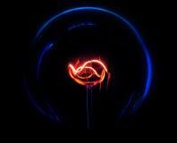 Glühlampe auf dem schwarzen Hintergrund Lizenzfreie Stockfotos