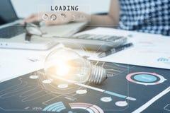 Glühlampe auf Dokumentenschreibtisch, Konzept von Ideen der neuen Technologie Stockfotografie