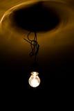 Glühlampe auf Draht Lizenzfreie Stockfotos