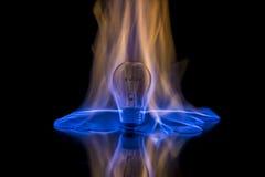 Glühlampe auf Feuer Stockfoto