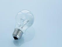 Glühlampe auf hellblauem Hintergrund Stockfoto