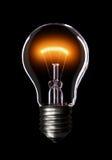 Glühlampe auf schwarzem Hintergrund. Lizenzfreie Stockfotografie