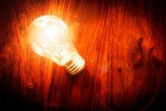 Glühlampe auf Tabelle Lizenzfreie Stockfotos