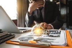 Glühlampe, betonter Geschäftsmann mit Diagramm des Sozialen Netzes stockbilder