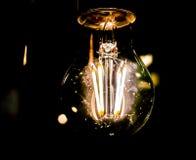 Glühlampe dekorativer antiker Edison-Art auf schwarzem Hintergrund Stockfotografie