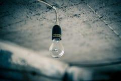 Glühlampe in der alten Werkstatt Stockbild