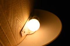 Glühlampe in der Dunkelheit stockbild