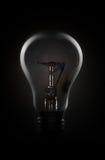 Glühlampe in der Dunkelheit Lizenzfreie Stockfotografie
