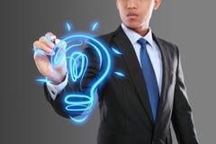 Glühlampe der Geschäftsmann-Zeichnungsidee lizenzfreie stockfotos