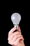 Glühlampe in der Hand lizenzfreie stockfotos