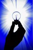 Glühlampe in der Hand gehalten Lizenzfreie Stockbilder