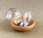 Glühlampe in der keramischen Schüssel Stockbild