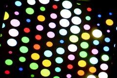 Glühlampe der Mehrfarbendisco auf dunklem Hintergrund Stockfoto