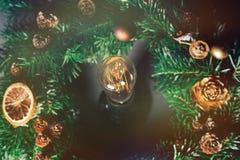Glühlampe in der Mitte eines Weihnachtskranzes Lizenzfreies Stockfoto