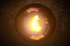 Glühlampe der Retro- Weinlese mit Wolframtechnologieeinbauten auf warmer hellgelber Tönung und altem dunklem Hintergrund, im alte stockbilder