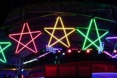 Glühlampe des bunten Sternes nachts Stockfotos
