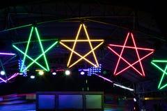 Glühlampe des bunten Sternes nachts Lizenzfreie Stockfotos