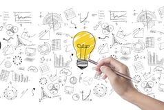 Glühlampe des Handabgehobenen betrages auf Wandhintergrund Konzept für neue Ideen Stockfoto