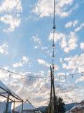 Glühlampe, die gegen Sonnenunterganghimmel hängt Kopieren Sie Platz Lizenzfreies Stockfoto