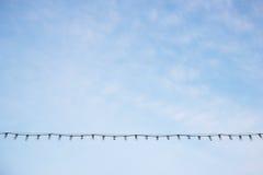 Glühlampe, die mit Kabel hängt Stockfotos