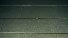 Glühlampe, die Wand und das Explodieren (Zeitlupe, schlägt) stock video footage