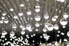 Glühlampe in einem dunklen Platz Stockfoto