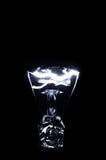 Glühlampe gegen schwarzen Hintergrund Lizenzfreie Stockfotos