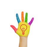 Glühlampe (Ideenkonzept) auf der Hand des Kindes. Lizenzfreie Stockfotos